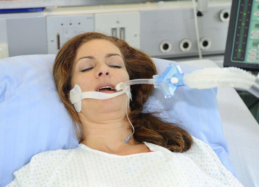 Nataschas (Franziska Matthus) Zustand verschlechtert sich nach ihrem Suizidversuch dramatisch ... - Bildquelle: Sat.1