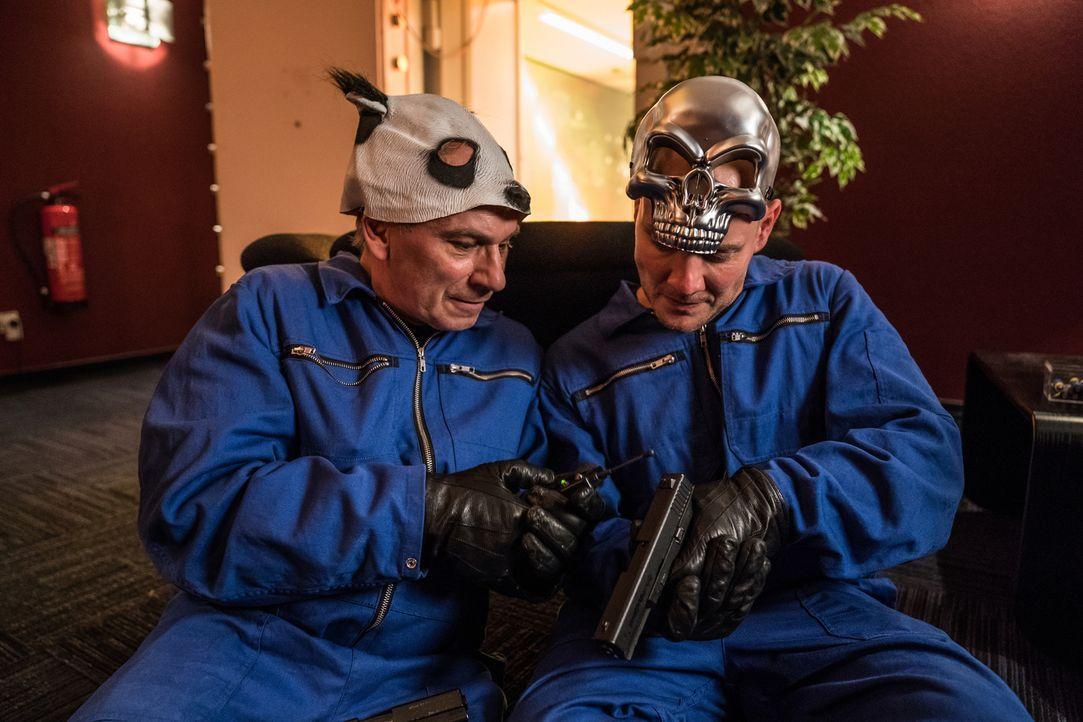 Die beiden Bankräuber (Oliver Petszokat, r. und Michael Lott, l.) möchten die Schließfächer sprengen, doch darin befindet sich auch Einsteins wertvo... - Bildquelle: Wolfgang Ennenbach SAT.1