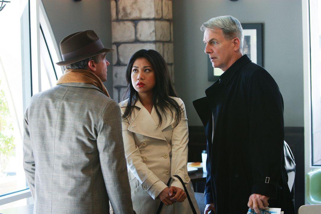 NCIS Special Agent Michelle Lee (Liza Lapira, M.) und Gibbs (Mark Harmon, r.) versuchen bei einem Gespräch mit Ted Bankston (David Eigenberg, l.) h... - Bildquelle: CBS Television
