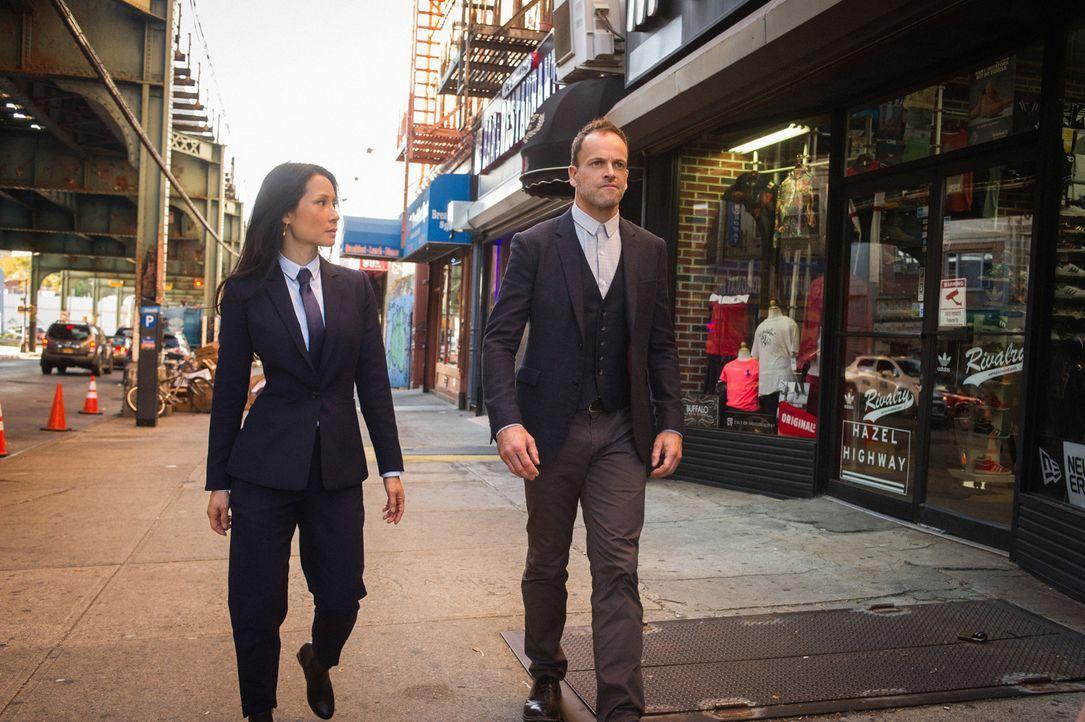 Ein Mord in ihrer unmittelbaren Umgebung lässt Sherlock (Jonny Lee Miller, r.) und Watson (Lucy Liu, l.) aufschrecken ... - Bildquelle: Jeff Neira Jeff Neira/CBS   2017 CBS Broadcasting Inc. All Rights Reserved.