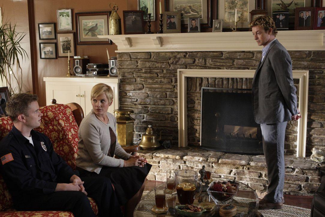 Patrick Jane (Simon Baker, r.) ermittelt in einem neuen Mordfall. Doch hat er die Täter vielleicht schon vor siech stehen? Patrick fühlt Katherine... - Bildquelle: Warner Bros. Television