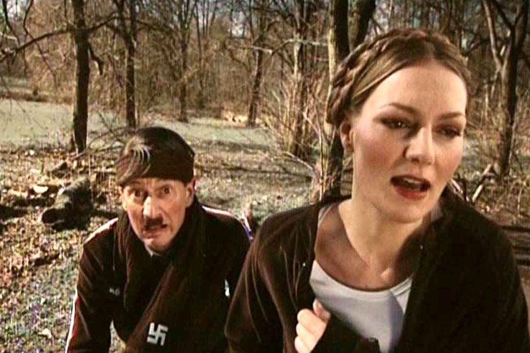 Im Fußballteam ist kein Platz mehr für Hitler (Michael Kessler, l.) - bleibt nur noch die Laufgruppe ... - Bildquelle: ProSieben