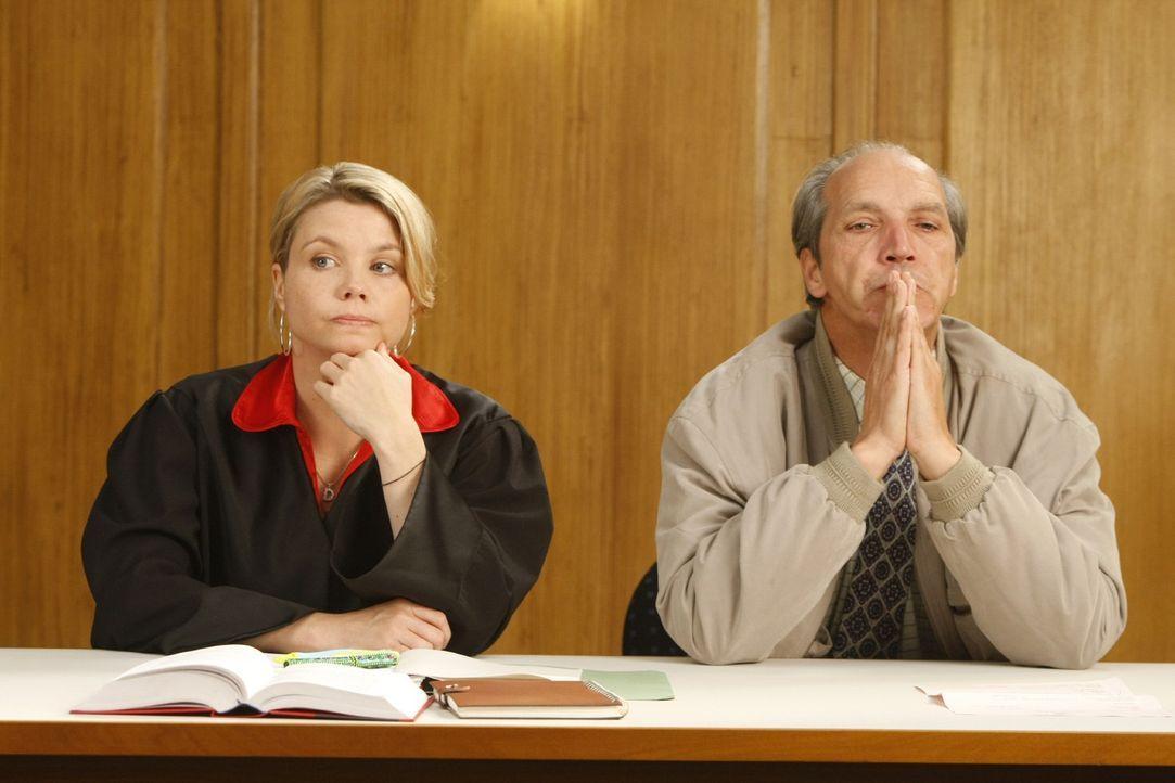 Nach und nach erkennt Dannie (Annette Frier, l.), dass sie einen Fehler gemacht hat und fordert den zuständigen Richter auf, den Beschluss umgehend... - Bildquelle: SAT.1