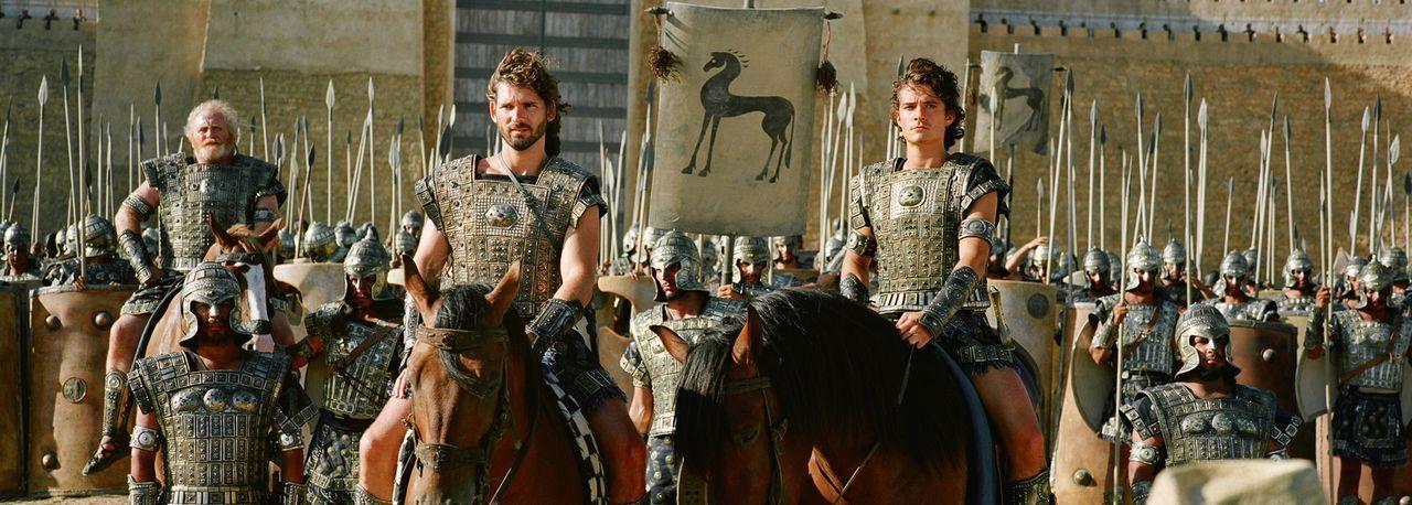 Nachdem Paris (Orlando Bloom, r.) eine ihrer Königinnen geraubt hat, verbünden sich die Anführer zahlloser griechischer Stämme, um gegen die Trojane... - Bildquelle: Warner Brothers International Television