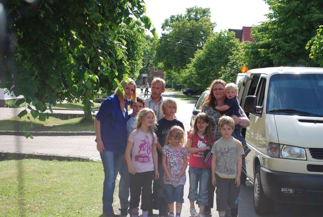 Die neunköpfige Familie Becker aus Sachsen-Anhalt haust unter unzumutbaren Zuständen. Ein tiefer Riss geht quer durchs Haus! Vater Jens (hinten 3.... - Bildquelle: SAT.1