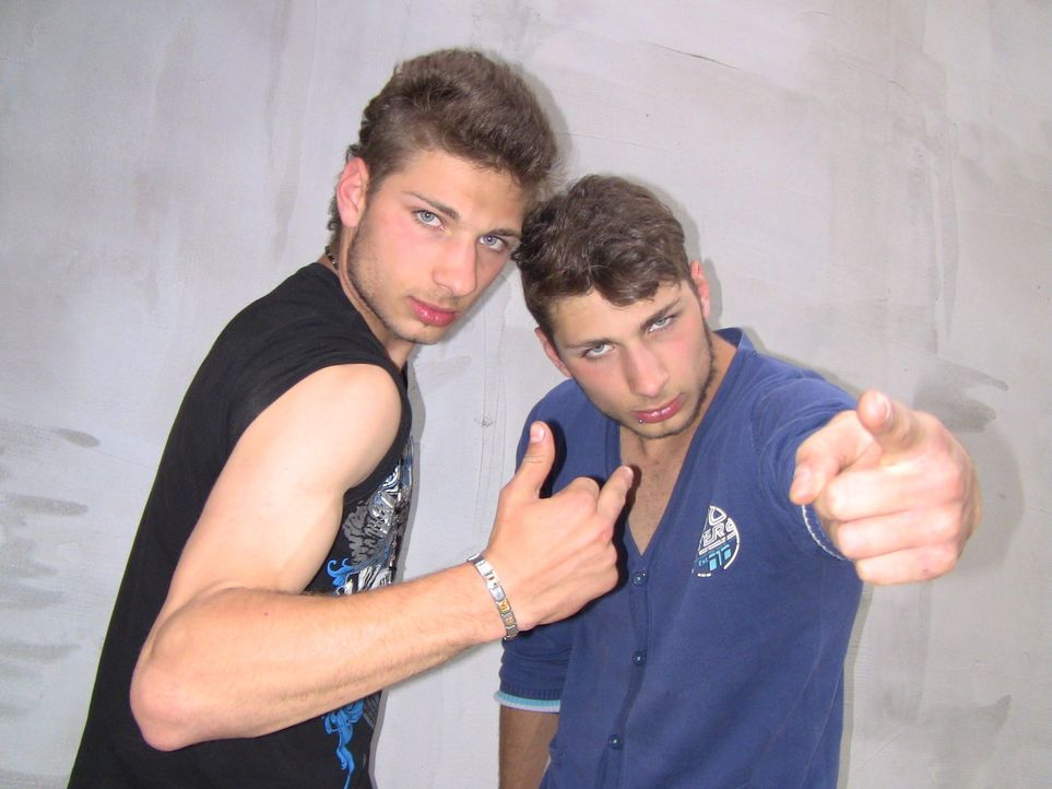 Frechheit im Doppelpack: Das italienisches Zwillingspaar Maurizio und Guiseppe (l. und r.), lernt in einer rumänischen Bauernfamilie wieder Fleiß... - Bildquelle: SAT.1