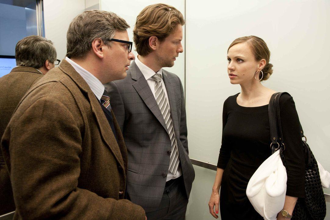 Kerstin (Nadja Becker, r.) sucht das Gespräch mit ihren Mitarbeitern Simon (Bert Tischendorf, M.) und Gregor (Rüdiger Klink, l.), denn nach der al... - Bildquelle: SAT.1