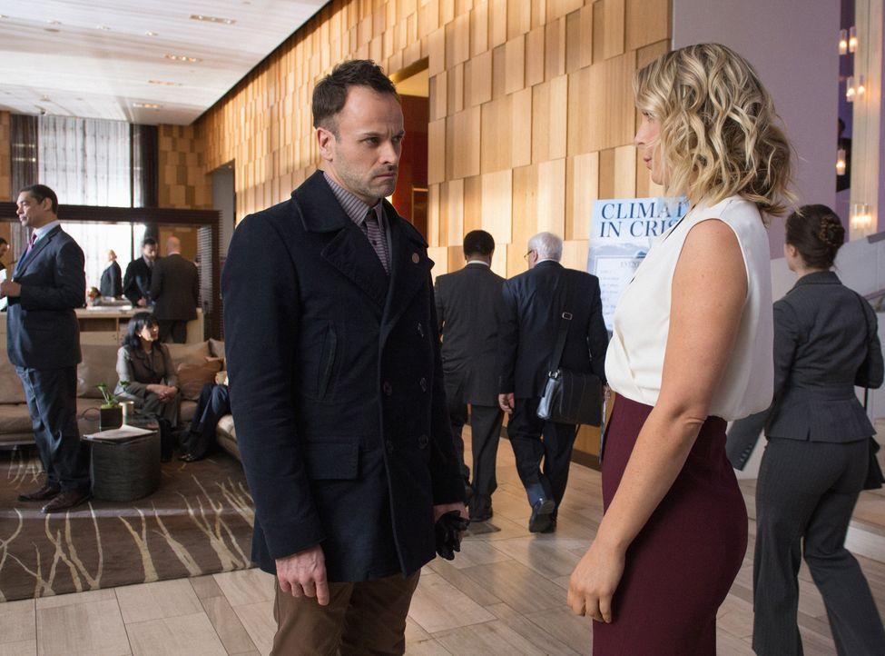 Eigentlich lief es ganz gut zwischen Holmes (Jonny Lee Miller, l.) und seiner Affäre Agatha (Anastasia Griffith, r.) - bis sie ihm eine entscheidend... - Bildquelle: CBS Television