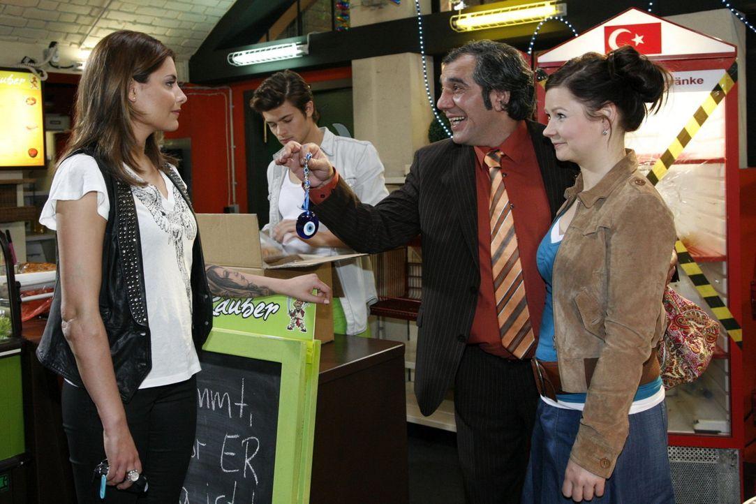 Chris bekommt von Süleyman einen Talisman für ihren Traumclub: (v.l.n.r.) Chris (Sophia Thomalla), Moritz (Eugen Bauder), Süleyman (Hussi Kutluca... - Bildquelle: SAT.1