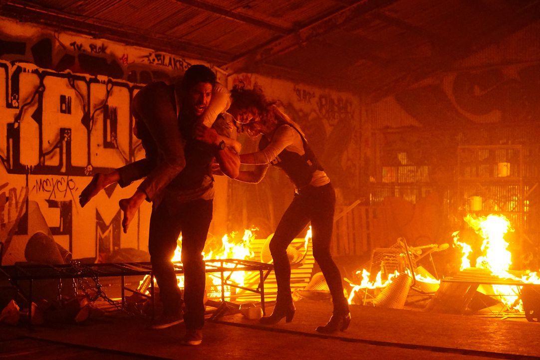 Ein erbarmungsloser Feuerteufel entführt Kinder und verbrennt sie bei lebendigem Leibe. JJ (A.J. Cook, r.) und Luke (Adam Rodriguez, l.) geben alles... - Bildquelle: Richard Cartwright ABC Studios