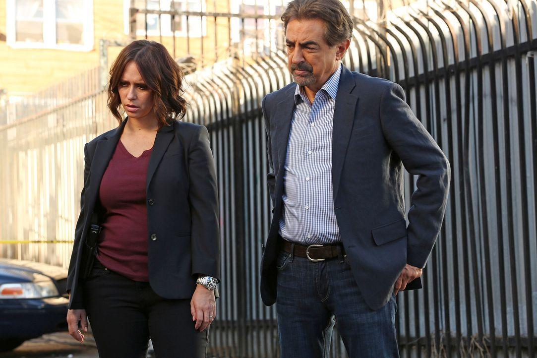 Ermitteln in einem neuen Fall: Rossi (Joe Mantegna, r.) und Kate (Jennifer Love Hewitt, l.) ... - Bildquelle: Michael Yarish ABC Studios