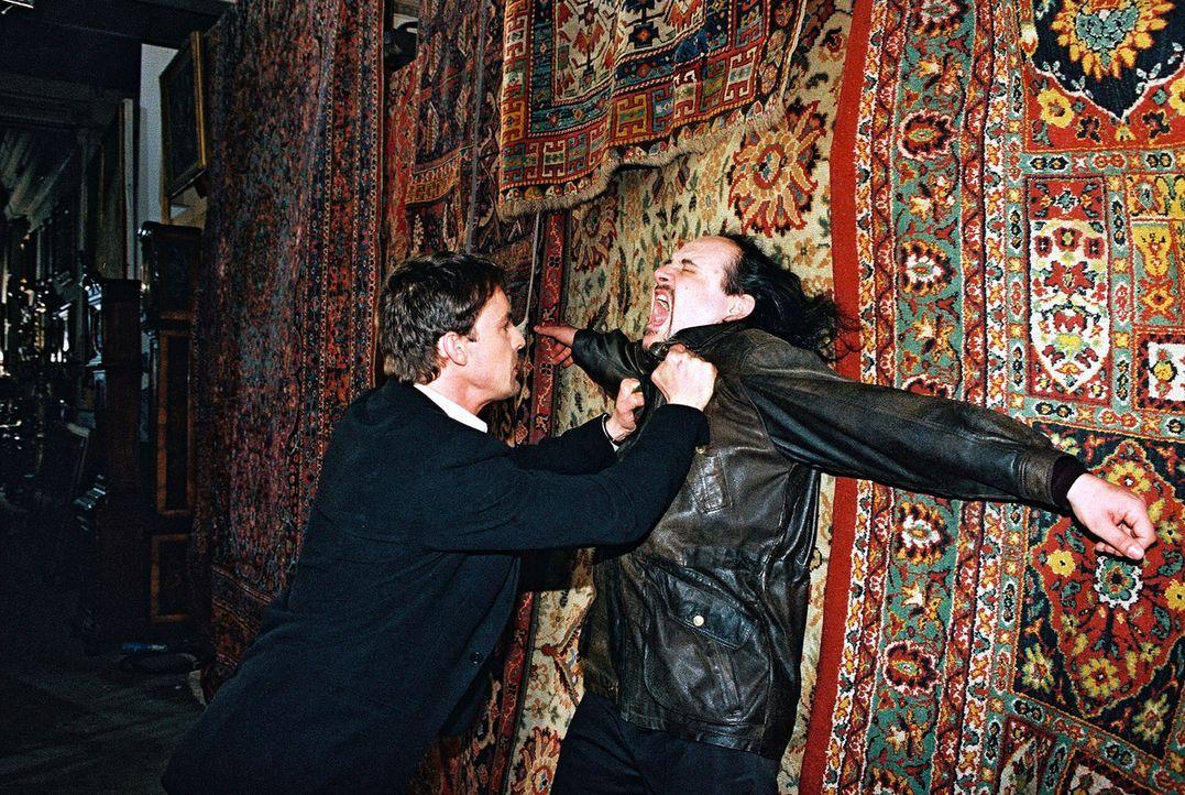 Kommissar Alexander Brandtner (Gedeon Burkhard, l.) und Kurt Baudisch (Paulus Manker, r.) kämpfen miteinander. - Bildquelle: Ali Schafler Sat.1