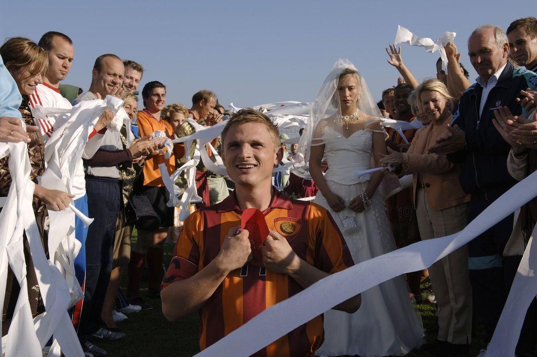 Steffen (Florian Lukas, M.) traut sich auf dem Fußballplatz ... - Bildquelle: Wüste Filmproduktion