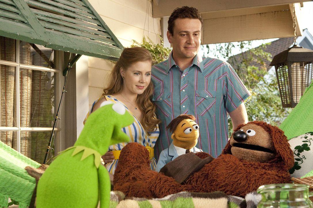 Mit Erschrecken stellen Gary (Jason Segel, r. hinten), Mary (Amy Adams, l. hinten) und Walter (M.) fest, dass die Muppet-Studios abgerissen werden s... - Bildquelle: The Muppets Studio, LLC. All rights reserved