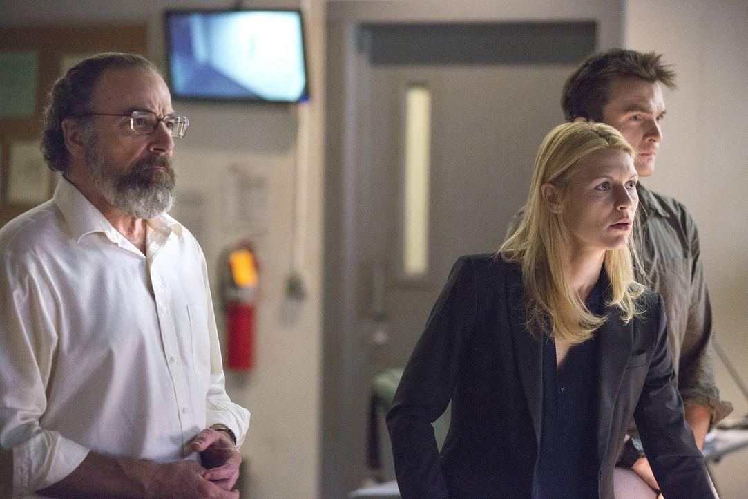 Verfolgen Brodys Geheimoperation in der CIA-Zentrale: Carrie (Claire Danes, M.), Saul (Mandy Patinkin, l.) und Quinn (Rupert Friend, r.) ... - Bildquelle: 2013 Twentieth Century Fox Film Corporation. All rights reserved.