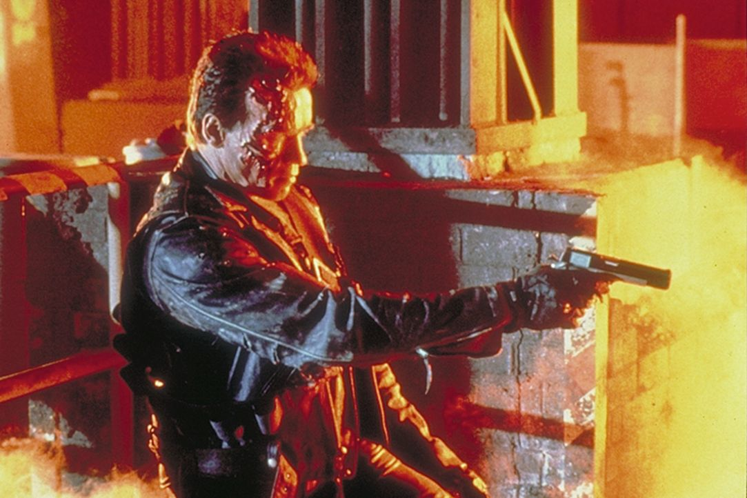 Eine Untergrundorganisation schickt aus der Zukunft einen Terminator (Arnold Schwarzenegger), der darauf programmiert ist, Menschen vor Gefahren zu... - Bildquelle: Columbia TriStar Films