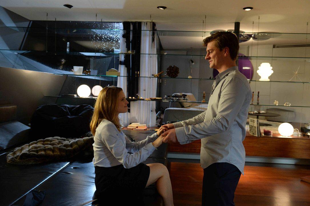 Ist Kollege Raphael Beinder (Matthi Faust, r.) ein wahrer Gentleman, der Amelie (Jennifer Ulrich, l.) das Einleben in die Kanzlei erleichtern will o... - Bildquelle: Oliver Roth SAT.1