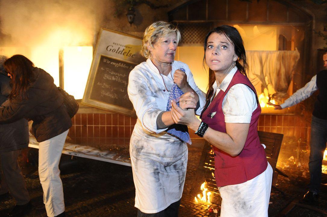 Stehen unter Schock: Susanne (Heike Jonca, l.) und Paloma (Maja Maneiro, r.) können es nicht fassen, dass die Goldelse brennt ... - Bildquelle: SAT.1