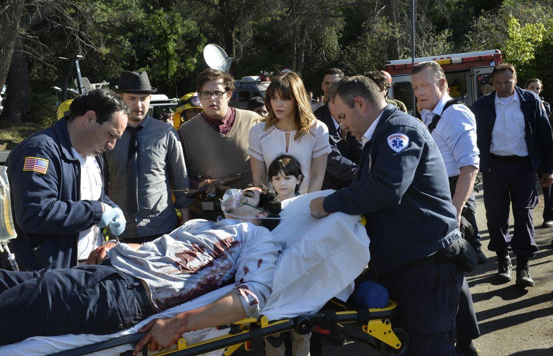 Ein Unfall von Walter (Elyes Gabel, liegend) zwingt Toby (Eddie Kaye Thomas, 2.v.l.), Sylvester (Ari Stidham, 3.v.l.), Paige (Katharine McPhee, M.),... - Bildquelle: Neil Jacobs 2015 CBS Broadcasting, Inc. All Rights Reserved