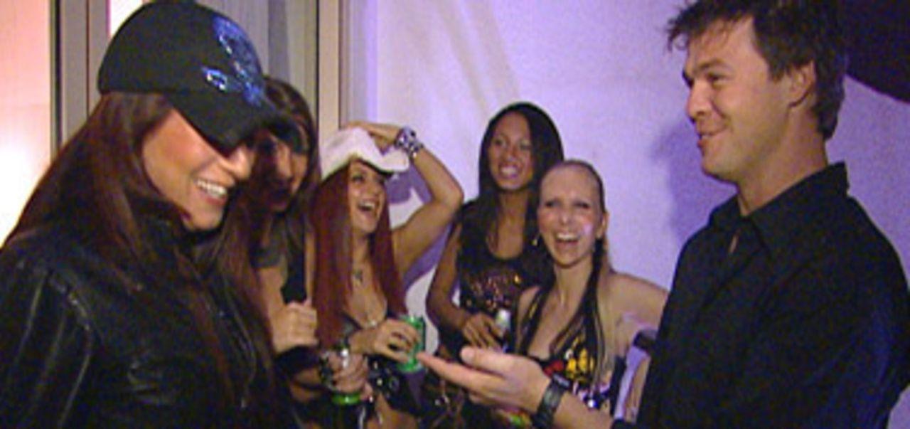 Die Coyote-Ugly-Girls aus Koblenz auf dem Weg nach Ägypten, denn Manager Oliver Sonnen möchte die Show gerne exportieren. - Bildquelle: Sat.1