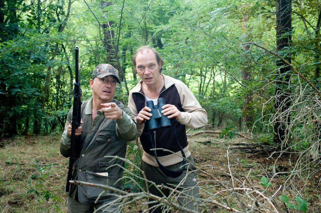 Überraschend freunden sich die beiden gegensätzlichen Männer, Nudist Helmut Steiner (Martin Brambach, r.) und der konservative Textil-Unternehmer... - Bildquelle: Sat.1