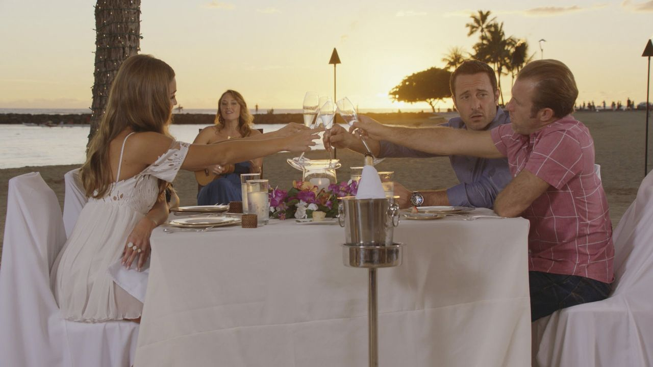 Ein romantischer Valentinstag wartet auf die Verliebten: Steve (Alex O'Loughlin, 2.v.r.) und Lynn (Sarah Carter, 2.v.l.) und Danny (Scott Caan, r.)... - Bildquelle: Norman Shapiro 2016 CBS Broadcasting, Inc. All Rights Reserved