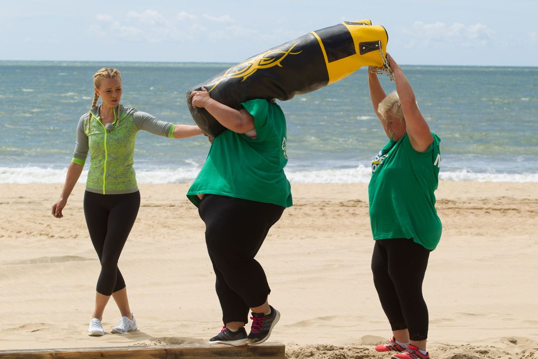 Mit der Hilfe von Mareike (l.) gelingt es Dunja (M.) und ihrer Mutter (r.) endlich, den schweren Sandsack balancierend ans Ziel zu tragen ... - Bildquelle: Enrique Cano SAT.1