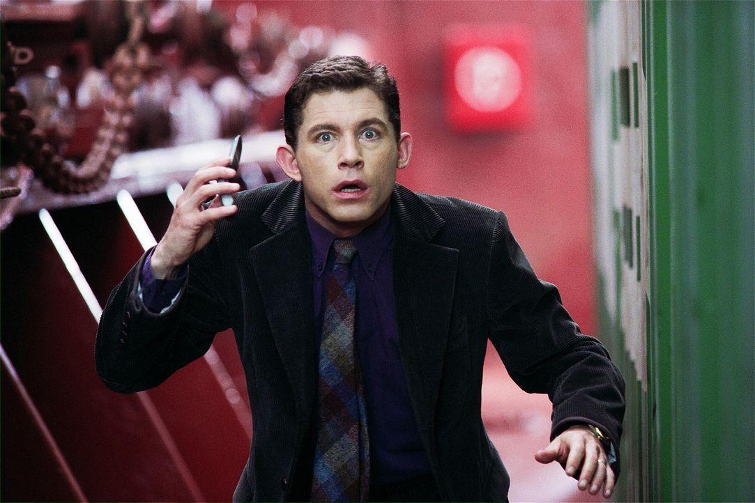 Der Interpol-Agenten Arthur Watson (Lee Evans) ist mit den Nerven bald am Ende ... - Bildquelle: 2004 Sony Pictures Television International. All Rights Reserved.