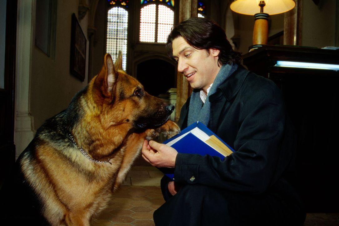 Rex und Kommissar Moser (Tobias Moretti) ermitteln im Hauptquartier einer Sekte, die Moser im Verdacht hat, mit den Morden an jungen Frauen etwas zu... - Bildquelle: Ali Schafler Sat.1