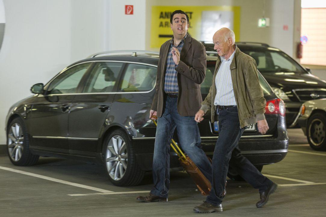 Volker (Dietrich Hollinderbäumer, r.) will Bastian (Bastian Pastewka, l.) und Anne überraschend zum Essen einladen - was steckt wohl dahinter? - Bildquelle: Frank Dicks SAT.1