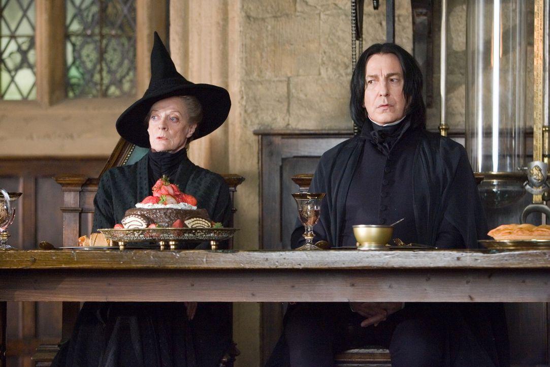 Seit Harry Zeuge von Lord Voldemorts Auferstehung wurde, leugnet das Zaubereiministerium (v.l.n.r.: Maggie Smith, Alan Rickman) diese Tatsache. Um s... - Bildquelle: Warner Brothers International