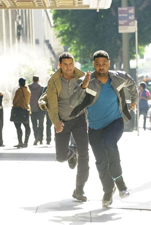 Hat Esposito (Jon Huertas, l.) mit Bolt (Roshawn Franklin, r.) wirklich den Täter gefunden? - Bildquelle: Richard Cartwright ABC Studios
