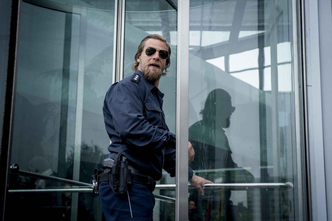 Als Mick (Henning Baum) seinen Ex-Kollegen Holger auffordert, die Wahrheit zu sagen, ahnt er nicht, dass dies tödliche Folgen haben wird ... - Bildquelle: Martin Rottenkolber SAT.1