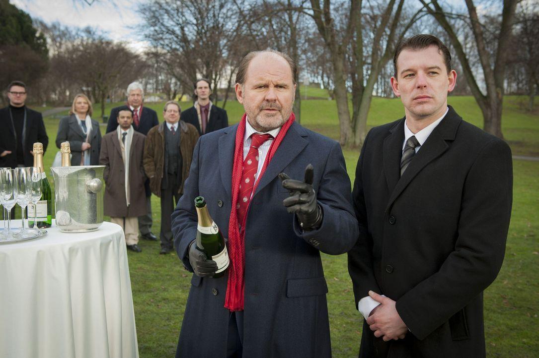 Mick mutmaßt, dass Körting (August Schmölzerl, vorne l.), der damals den Auftrag gab, Mick zu erschießen, etwas mit der Entführung von Isa zu t... - Bildquelle: Martin Rottenkolber SAT.1