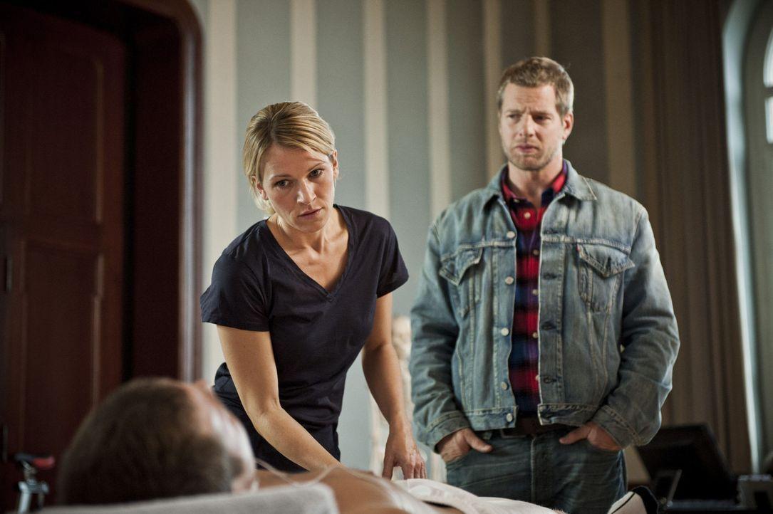 Als Mick (Henning Baum, r.) die Ampullen mit dem Dopingmittel entdeckt, gerät auch Frau Dr. Clara Winter (Kerstin Landsmann, l.) in seinen Fokus ... - Bildquelle: Martin Rottenkolber SAT.1