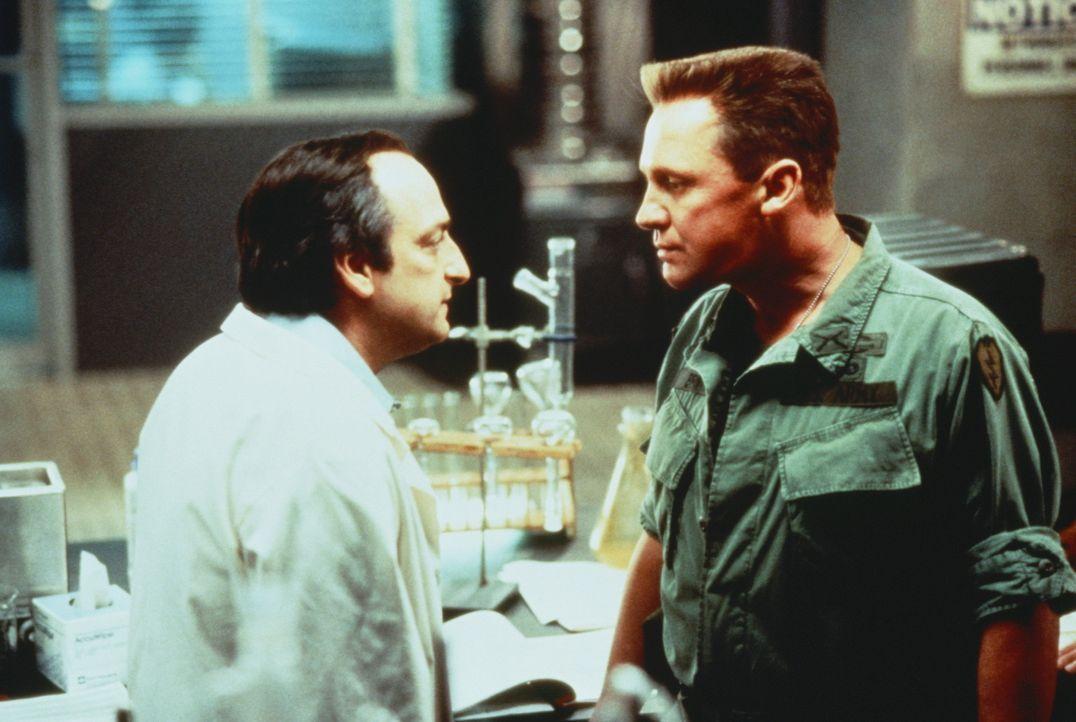 Seinen Rachefeldzug beginnt Offizier Andrew Brynner (Peter Firth, r.) bei dem dubiosen Dr. Long (David Paymer, l.), denn im Namen der Wissenschaft e... - Bildquelle: Warner Bros.