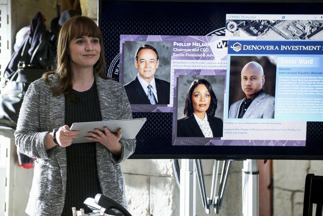 Nell (Renée Felice Smith) stellt dem Team Sams Undercover-Rolle vor: Sam soll unter dem Decknamen Trevor Ward im Unternehmen des getöteten Investmen... - Bildquelle: Richard Cartwright 2017 CBS Studios Inc. All Rights Reserved.