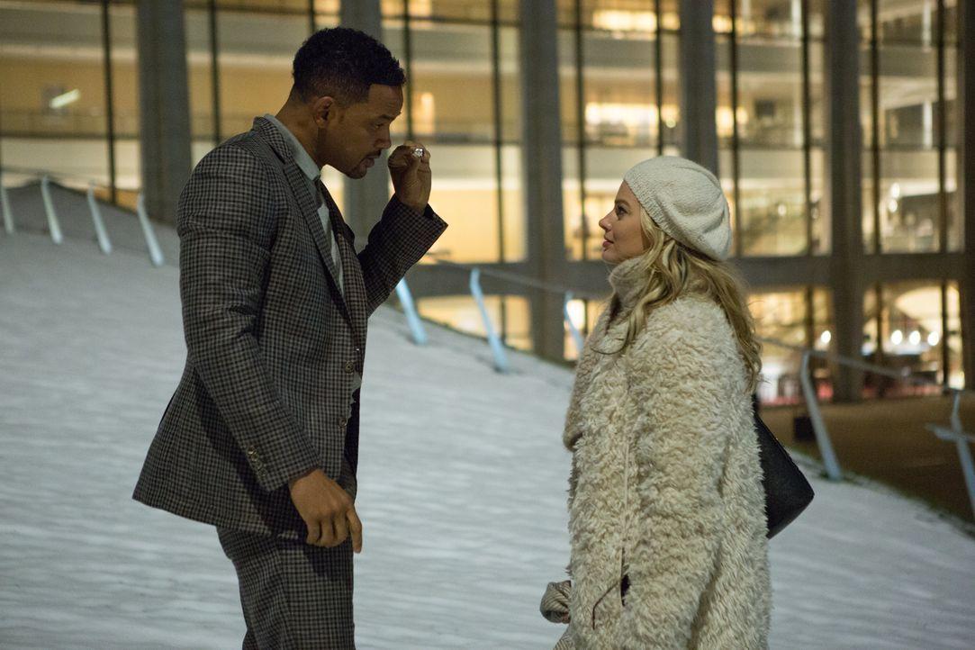 """""""Verliere nie das Wesentliche aus dem Blick!"""" Der Trickbetrüger Nicky (Will Smith, l.) zeigt der hübschen Jess (Margot Robbie, r.), wie sie als Hoch... - Bildquelle: Warner Bros."""