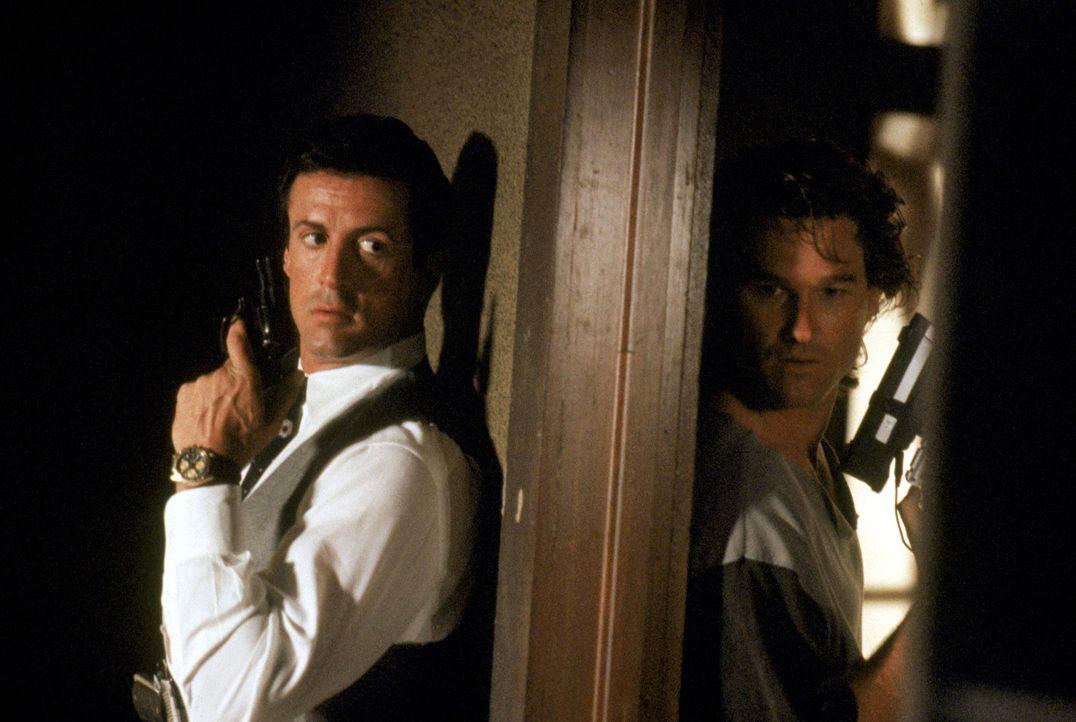 Eines Tages müssen die beiden völlig gegensätzlichen Cops Raymond Tango (Sylvester Stallone, l.) und Gabriel Cash (Kurt Russell, r.) ihre Differe... - Bildquelle: Warner Brothers