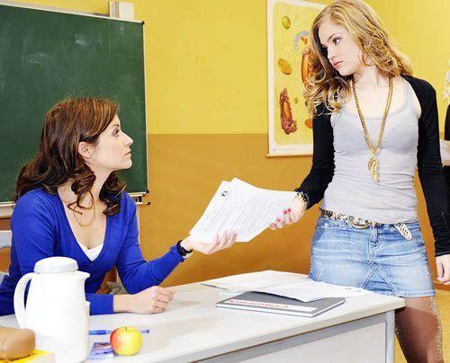 Bea wundert sich, dass ihren Schülern die Matheklausur so leicht fällt. - Bildquelle: Christoph Assmann - Sat1