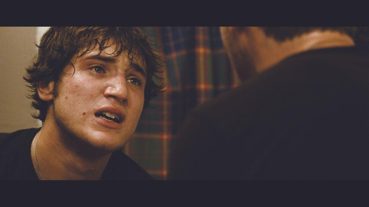 Adam (Trevor Morgan, l.) ist verzweifelt. Sein Kumpel Kevin wurde bei dem Raubüberfall schwer verletzt ... - Bildquelle: Ascot Elite Entertainment Group