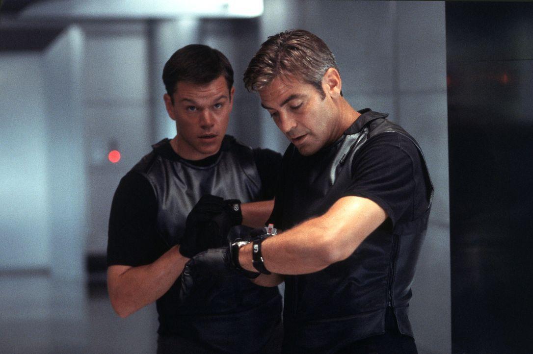 Ein Wettlauf mit der Zeit beginnt: Um drei Kasinos gleichzeitig auszurauben, zählt für Danny Ocean (George Clooney, r.) und Linus Caldwell (Matt Dam... - Bildquelle: Warner Bros. Pictures