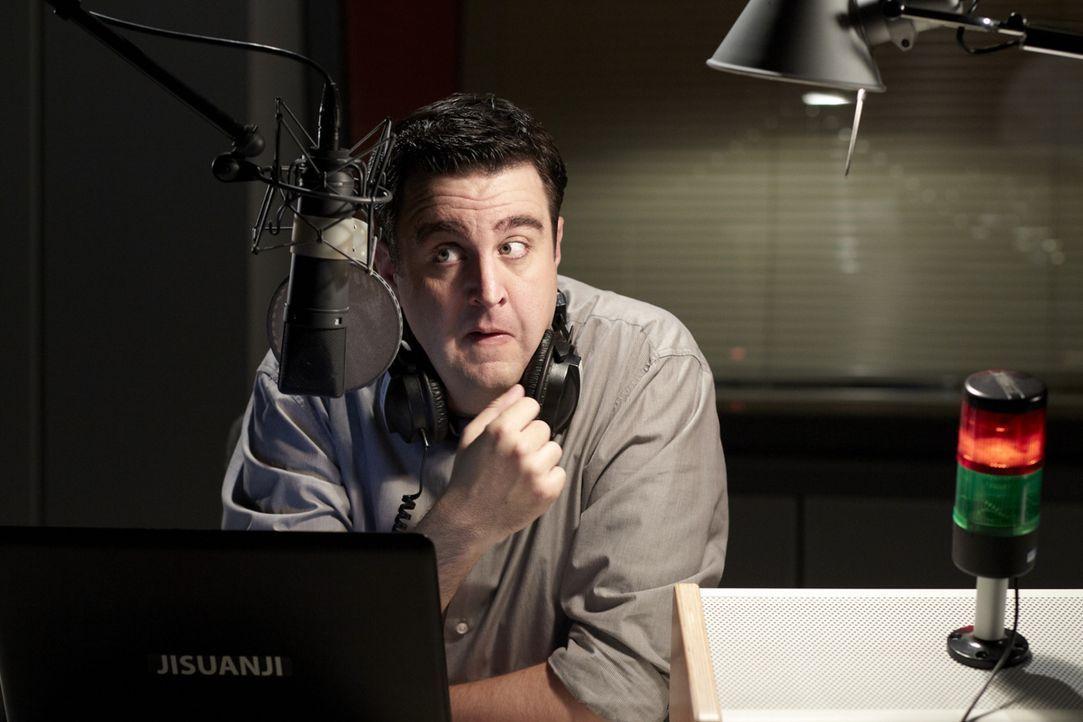Hat eine wöchentliche Radio-Show im Kulturkanal WDR 5, die natürlich nicht problemlos über die Bühne geht: Bastian (Bastian Pastewka) ... - Bildquelle: Guido Engels SAT.1