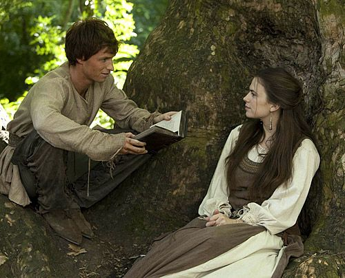Jack (Eddie Redmayne) überrascht Aliena (Hayley Atwell) als Geschichtenerzähler. - Bildquelle: Egon Endrenyi - Tandem Productions - Pillars Productions