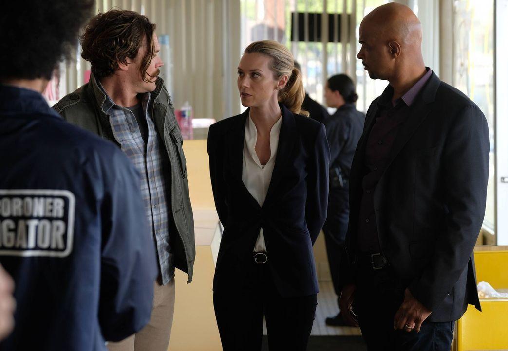 Bei den Ermittlungen in einem neuen Fall, sehen sich Riggs (Clayne Crawford, l.) und Murtaugh (Damon Wayans, r.) zur Kooperation mit DEA-Agentin Kar... - Bildquelle: 2016 Warner Brothers