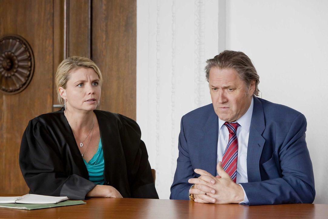 Danni (Annette Frier, l.) erfährt, dass Strecker (Michael Brandner, r.) während seiner Arbeitszeit von einer Kamera überwacht wurde und kann durc... - Bildquelle: SAT.1