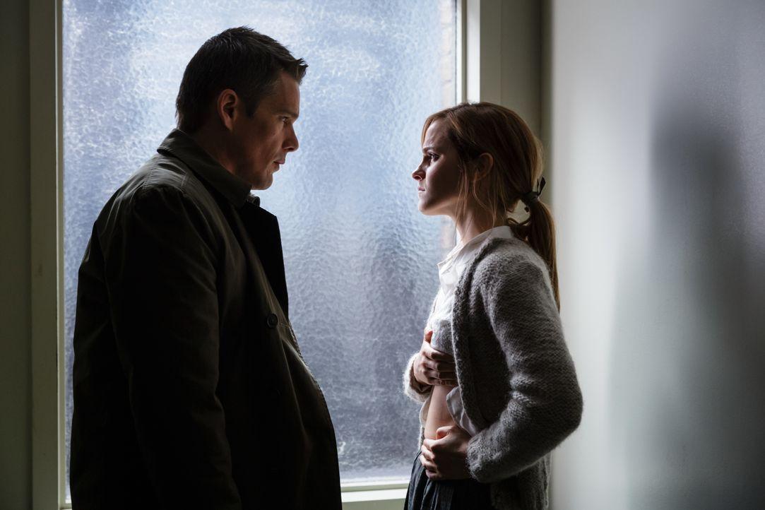 Eigentlich will Bruce Kenner (Ethan Hawke, l.) lediglich Gerechtigkeit für die angeblich missbrauchte Angela Gray (Emma Watson, r.), doch dann decke... - Bildquelle: Tobis Film