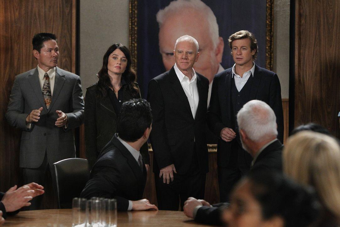 Bei den Ermittlungen in einem neuen Fall stoßen Kimball (Tim Kang, l.), Patrick (Simon Baker, r.) und Teresa (Robin Tunney, 2.v.l.) auf den Sektenf... - Bildquelle: Warner Bros. Television