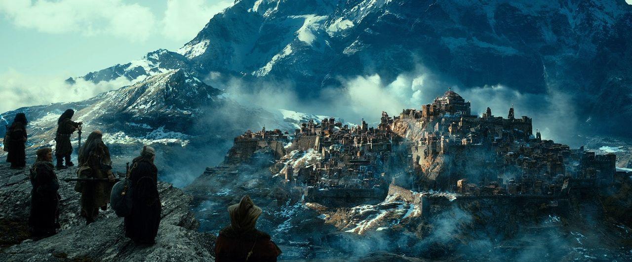 Auf der Suche nach Smaugs Einöde müssen Bilbo und seine Gefährten das Nebelgebirge überqueren, den Düsterwald durchforsten, aus einer Elbenburg entk... - Bildquelle: 2013 METRO-GOLDWYN-MAYER PICTURES INC. and WARNER BROS. ENTERTAINMENT INC.