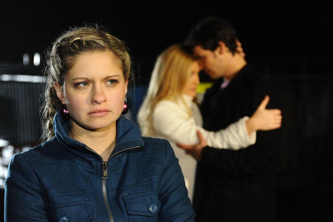 Mia (Josephine Schmidt, l.) ist enttäuscht, als Annett (Tanja Wenzel, M.) ihr Zusammentreffen mit Alexander (Paul Grasshoff, r.) stört ... - Bildquelle: SAT.1